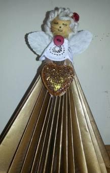 angelo-con-libricino-riciclato
