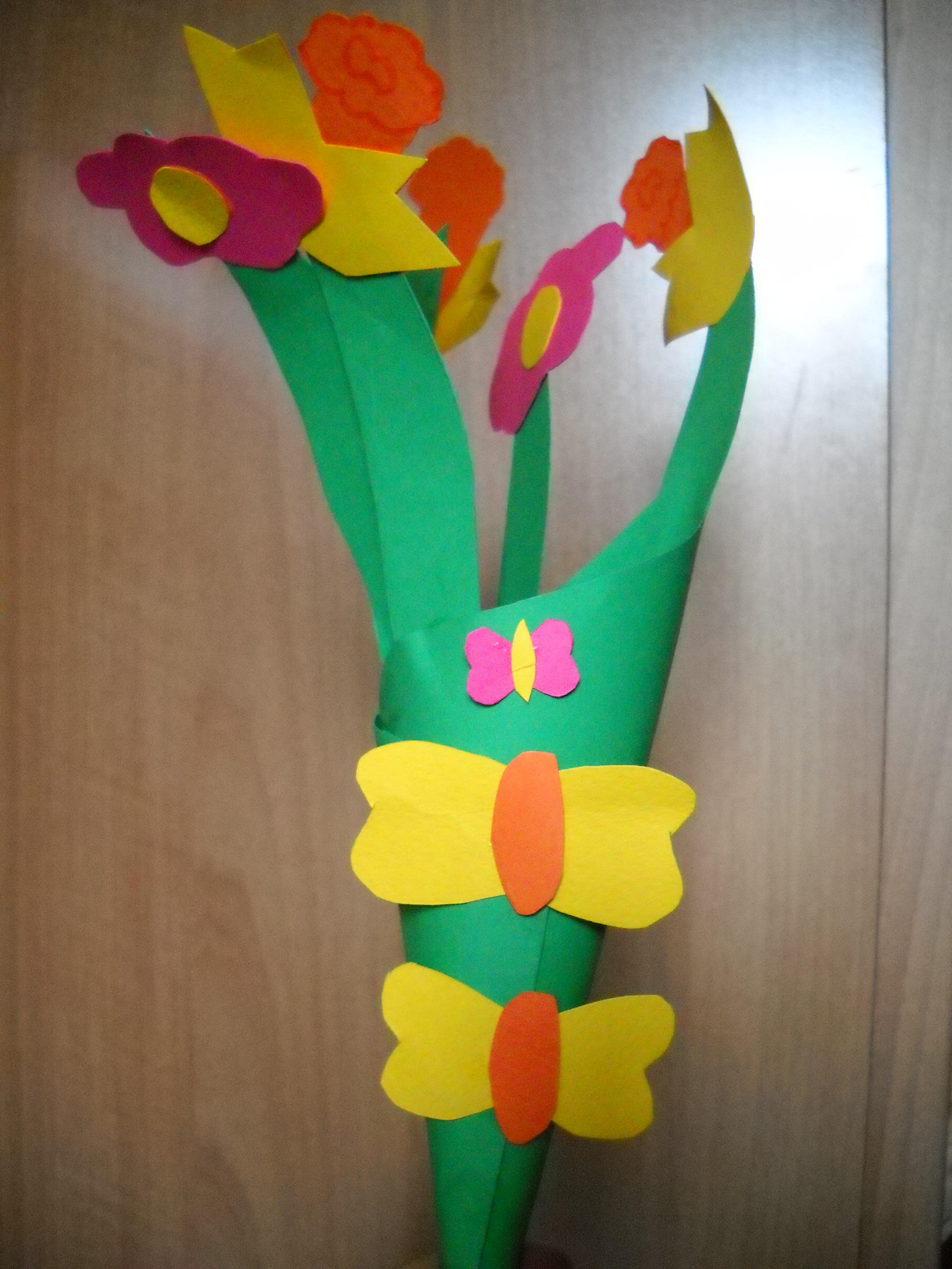 Fascio di narcisi con farfalline per festeggiare la primavera maestramaria - Addobbi primavera per finestre ...