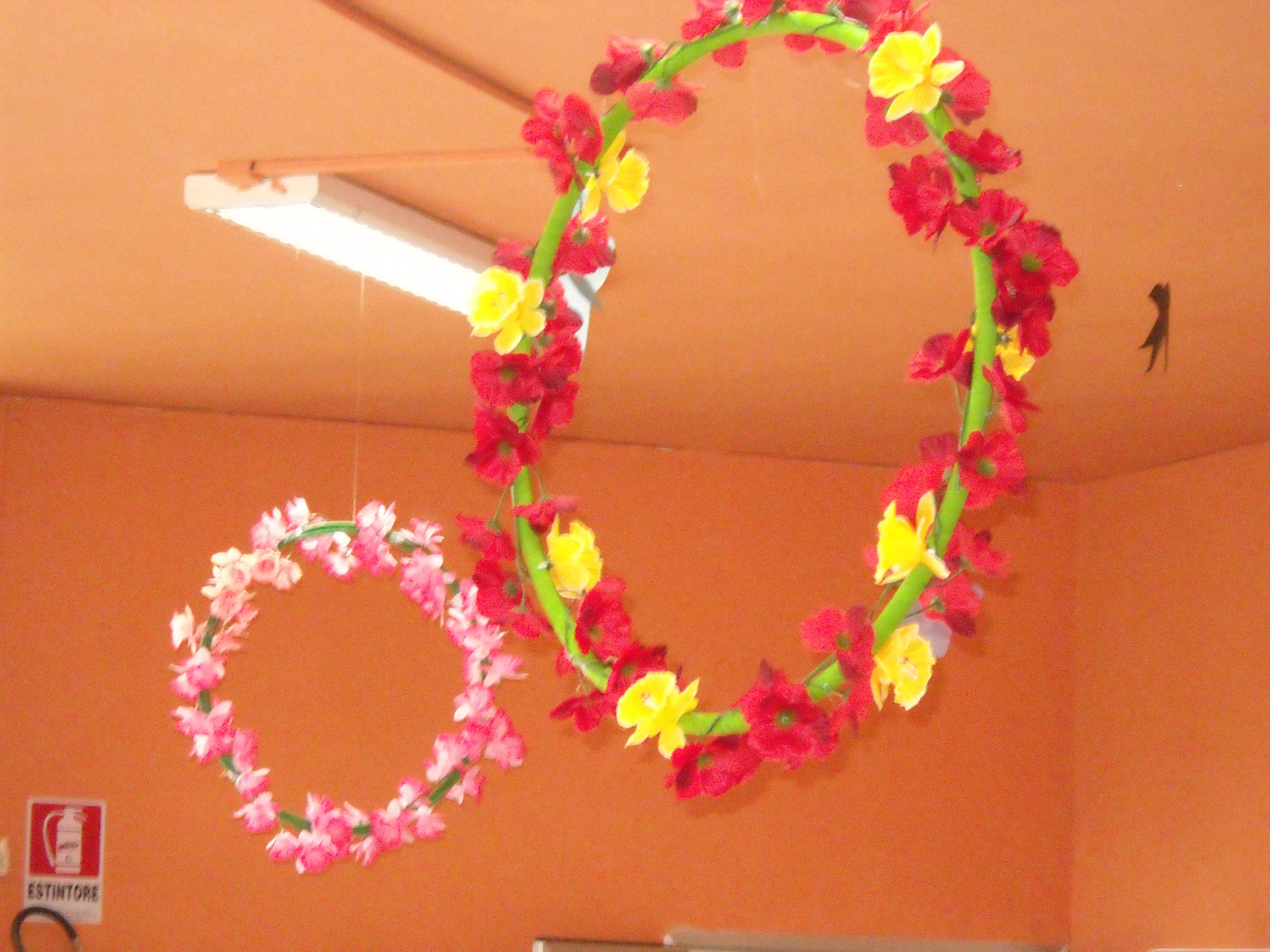 Addobbo aula con fiori e cerchio maestramaria for Addobbi di carnevale per l aula
